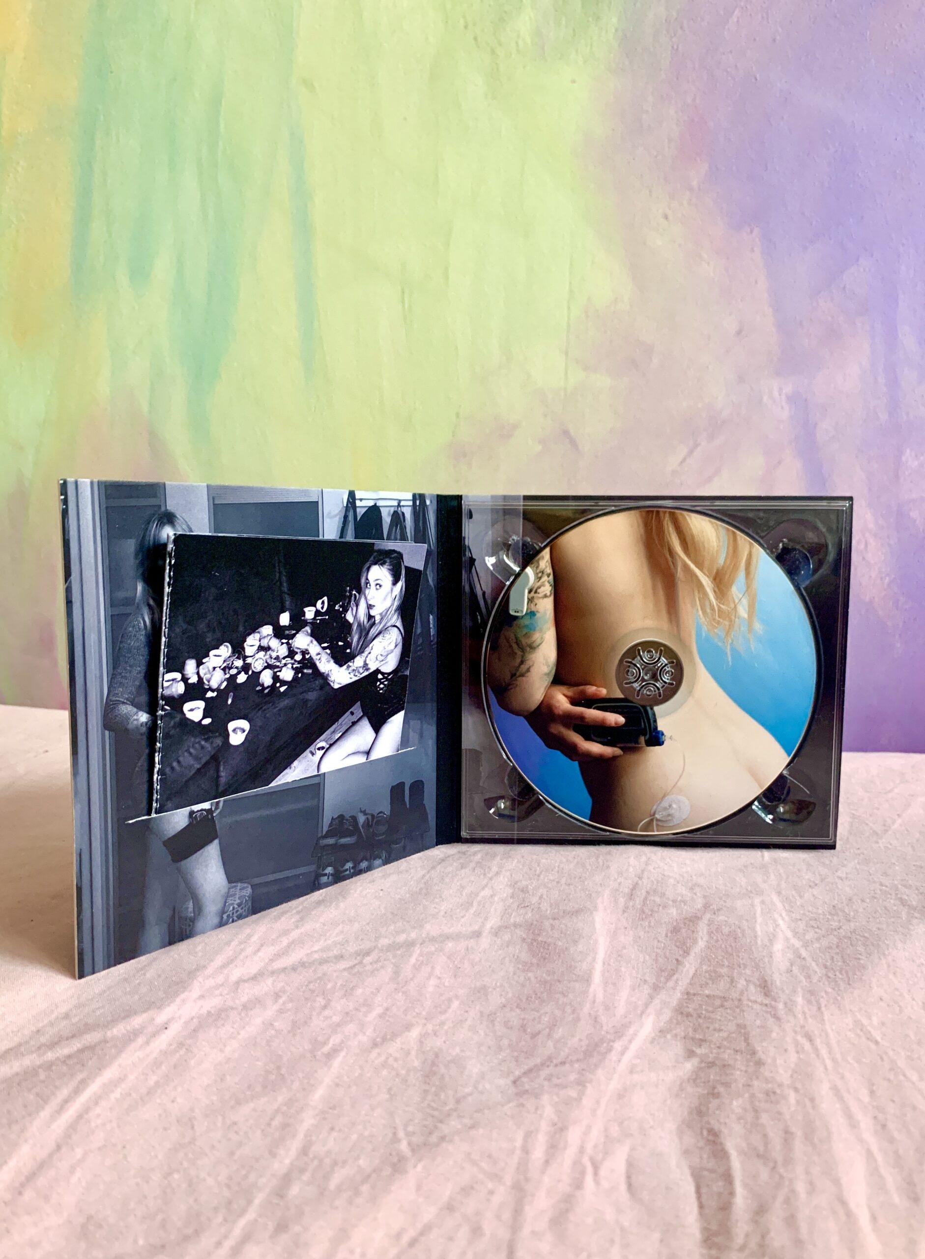 Fotografia płyty zaprojektowanej przez artystkę. Płyta zawiera wcześniej opisane fotografie.